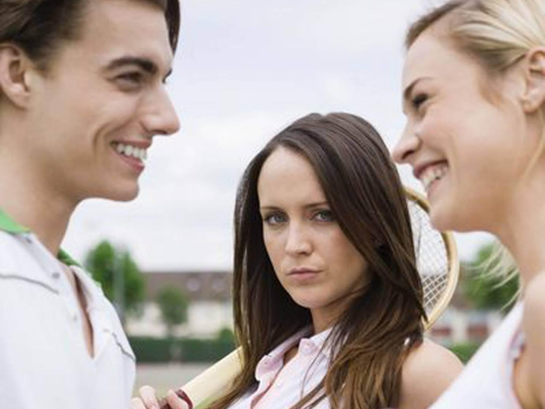 Три девушки поймали парня и, В парке три девушки раздели парня и дрочат ему член 17 фотография